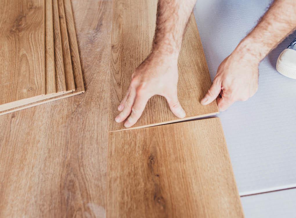 Mann verlegt Laminat-Boden | Verlegung | Stuke Holz