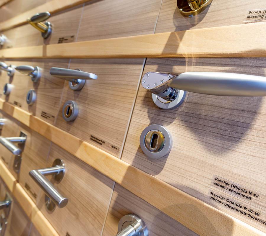 Detailaufnahme Grid Türdrücker   Du willst Kontakt aufnehmen?   Stuke Holz