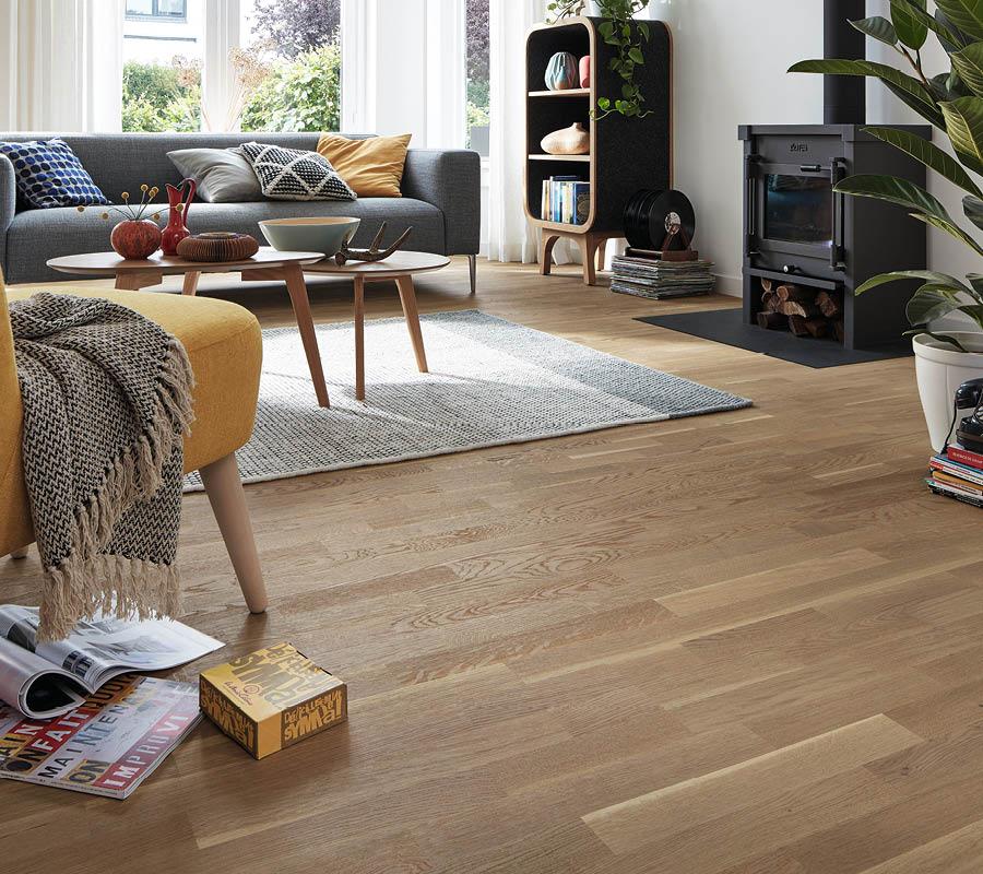 Parkett-Boden ihm dekorativen Wohnbereich mit Kamin | Stuke Holz