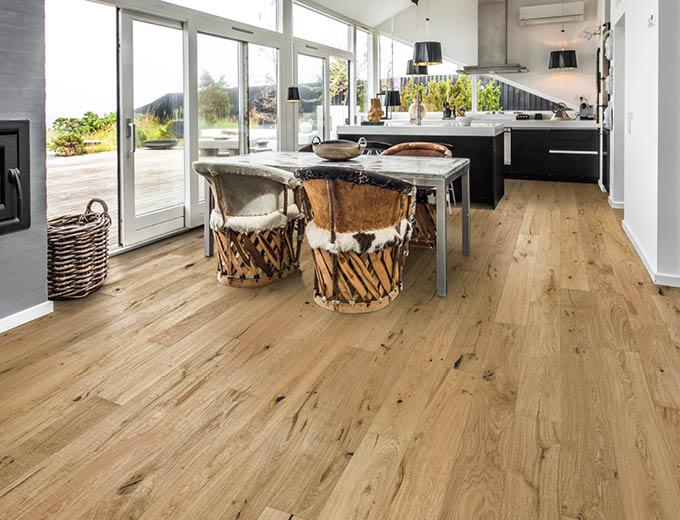 Lebhaftes Parkett im Küchen- und Essbereich | Stuke Holz