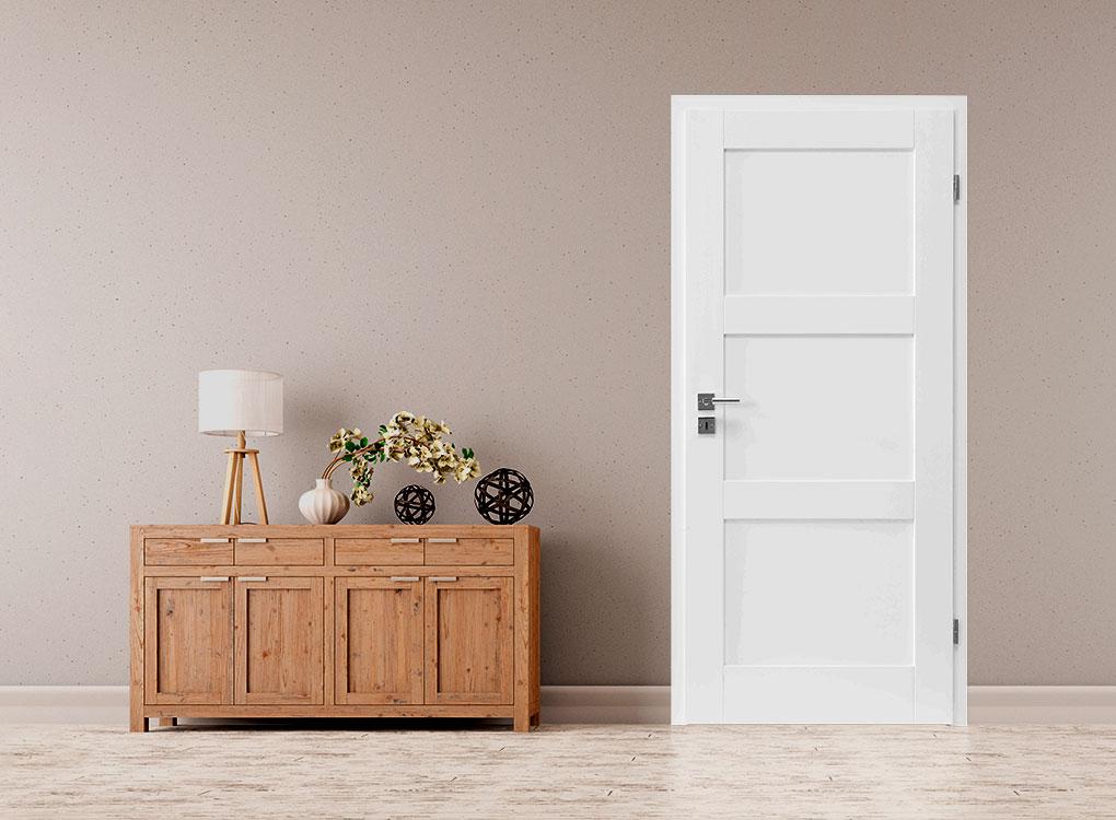 Weiße Stiltür in einem Raum mit brauner Wand.