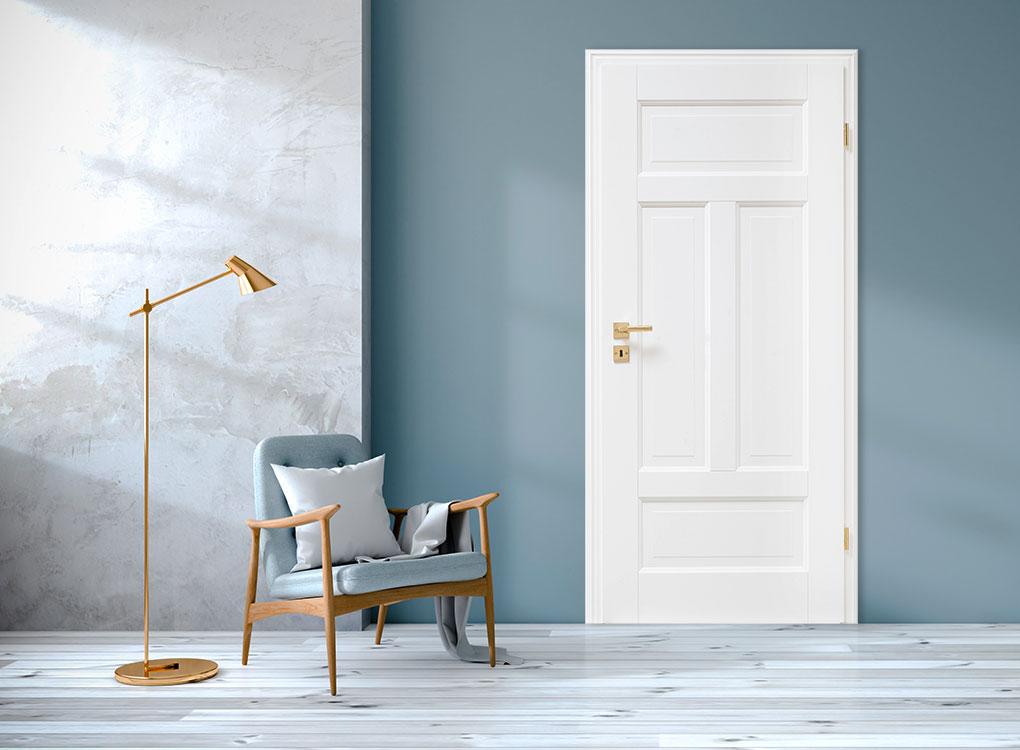 Weiße Stiltür in einem modernen Raum mit blauen Wänden.