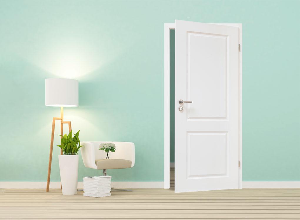 Weiße Stiltür bei Stuke Holz in einem türkisen Raum.