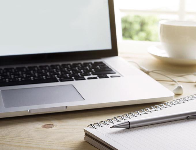 Heller Arbeitsplatz mit Laptop, Block und Stift | Blog | Stuke Holz