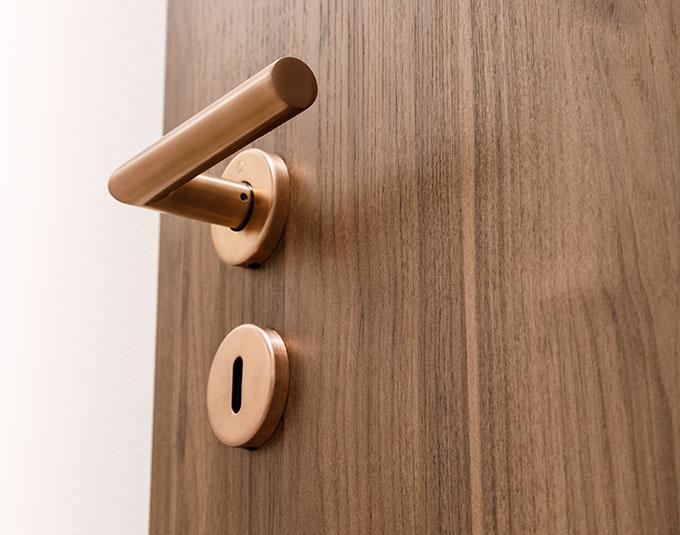 Detailansicht eines Türdrückers für Stiltüren bei Stuke Holz.