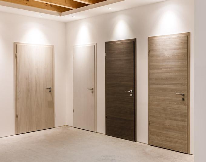 Vier Holztüren in der Ausstellung von Stuke Holz.