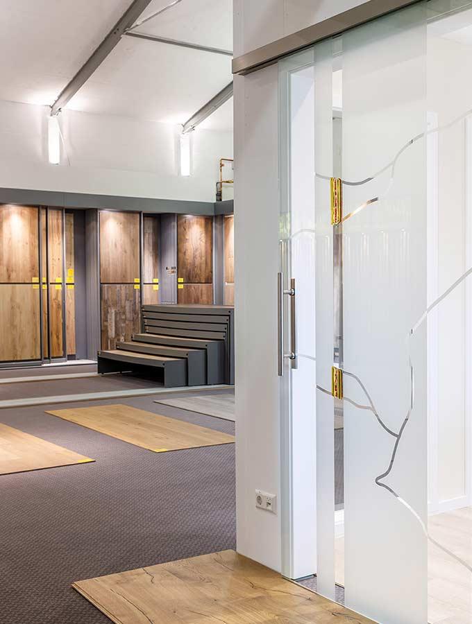 Ausstellung für Böden und Türen | Personalsuche Monteur | Stuke Holz