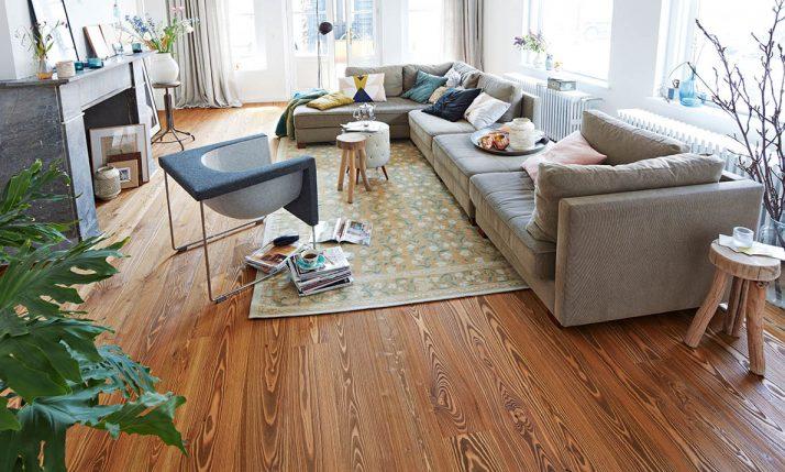 Parkett-Boden in einladenden Wohnbereich mit großer Couch | Stuke Holz