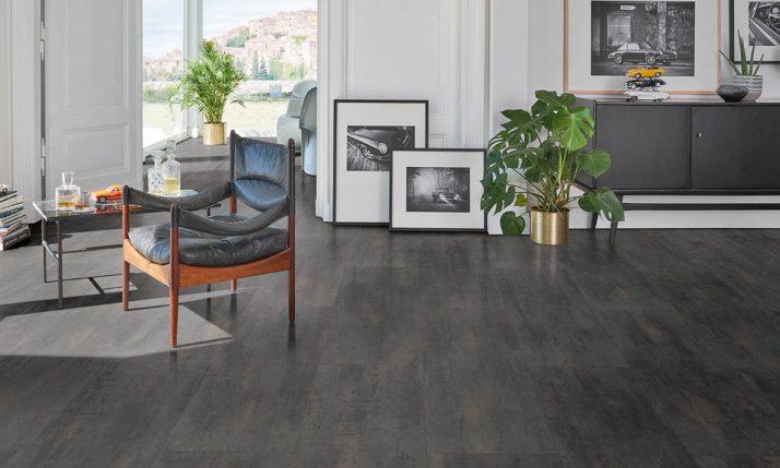 Dunkler Laminat-Boden in stilvoller Wohnung | Stuke Holz